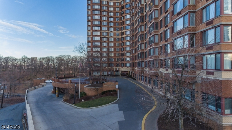 100 OLD PALISADE RD, Fort Lee Boro, New Jersey 07024-6914, 2 Bedrooms Bedrooms, ,2 BathroomsBathrooms,Residential,For Sale,100 OLD PALISADE RD,3689687