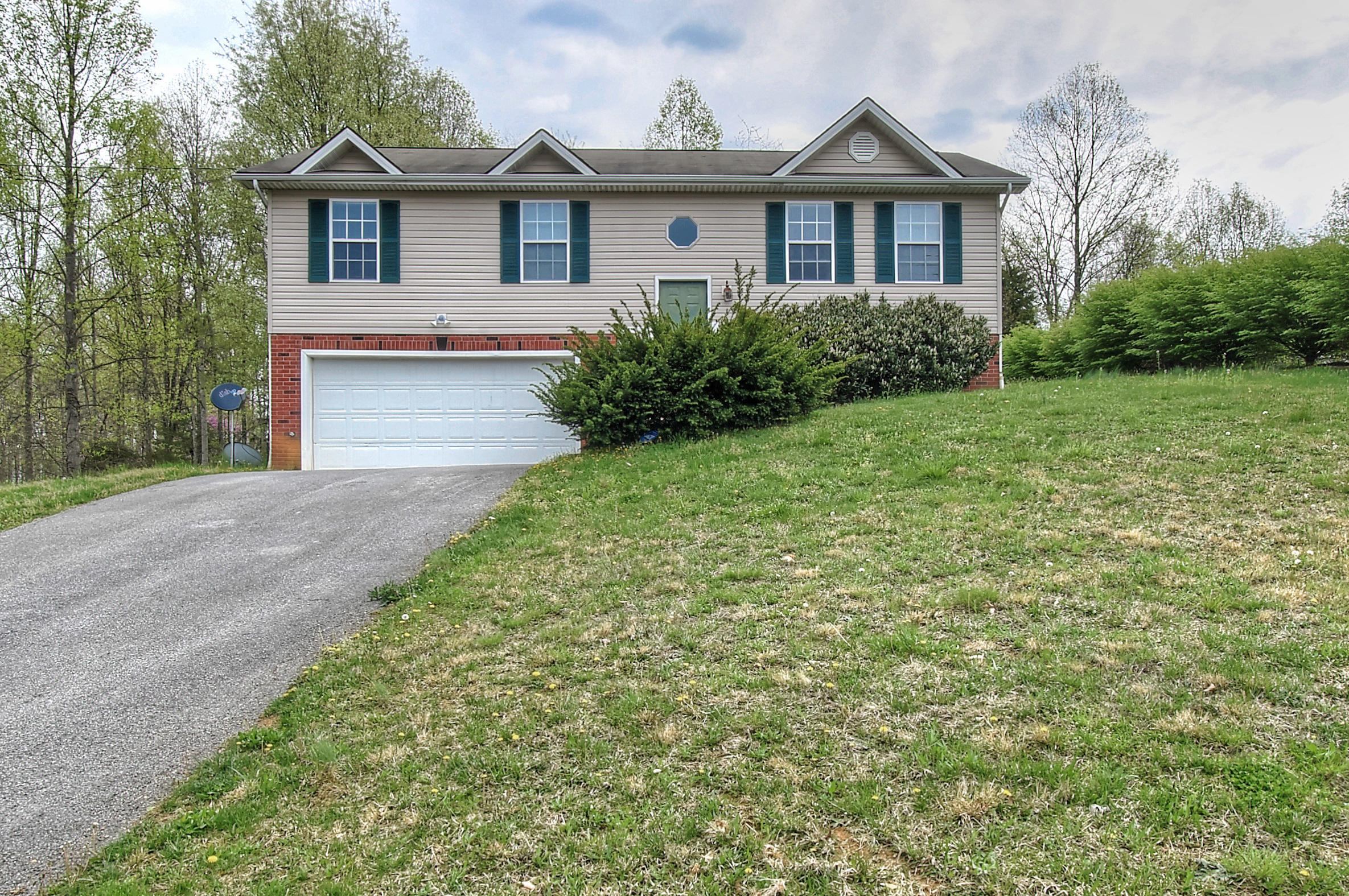 104 Halfway Court, Johnson City, Tennessee 37604, 3 Bedrooms Bedrooms, ,2 BathroomsBathrooms,Single Family,For Sale,104 Halfway Court,9921072